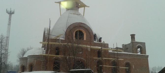 Работы по строительству храма продолжаются.